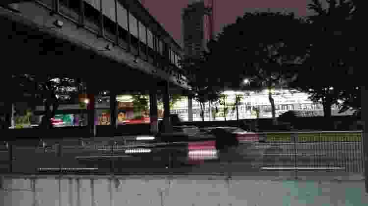 Com carros em movimento e a noite, fotos ficaram com borrões, mas mantiveram boa resolução - Rodrigo Trindade/UOL