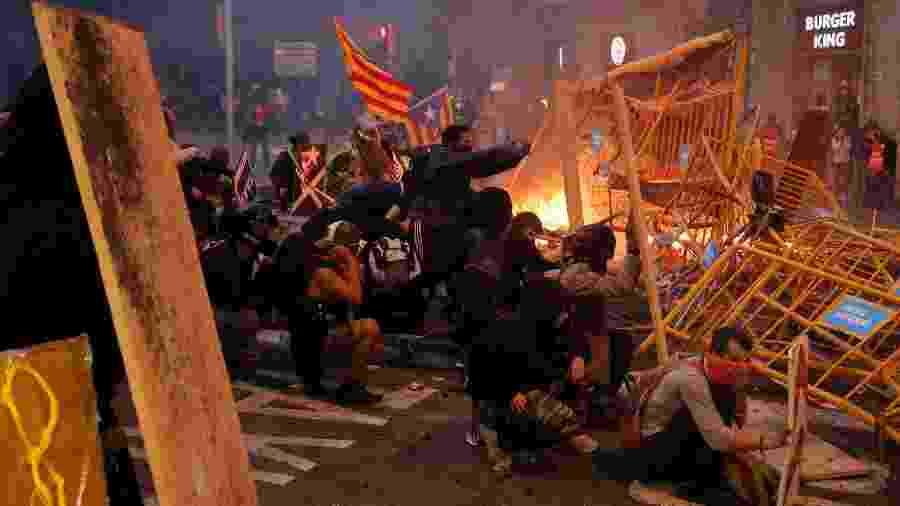 18.out.2019 - Manifestantes usam grades como barricadas durante protesto em Barcelona - Pau Barrena/AFP