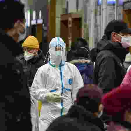 24.jan.2020 - Médica usando roupas de proteção no hospital da Cruz Vermelha em Wuhan, na China - AFP