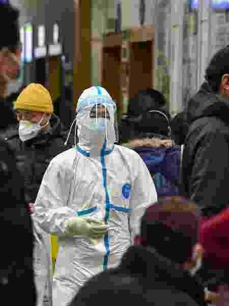 24.jan.2020 - Médica usa roupas de proteção no hospital da Cruz Vermelha em Wuhan, na China. O país vive uma epidemia do novo coronavírus. - AFP