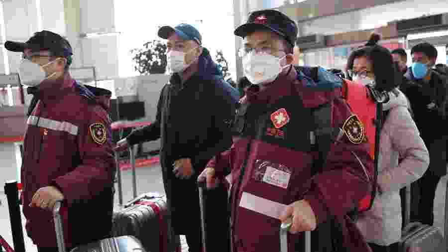 28.jan.2020 - Equipe médica deixa Lanzhou se prepara para embarcar rumo a Wuhan, para auxiliar no atendimento dos pacientes infectados com o coronavírus - Xinhua/Chen Bin