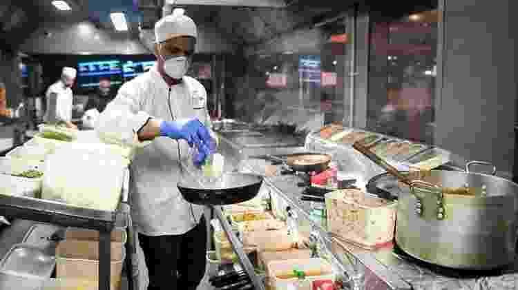 Em muitos lugares, restaurantes só estão autorizados a funcionar para serviços de entrega ou comida para viagem - Getty Images