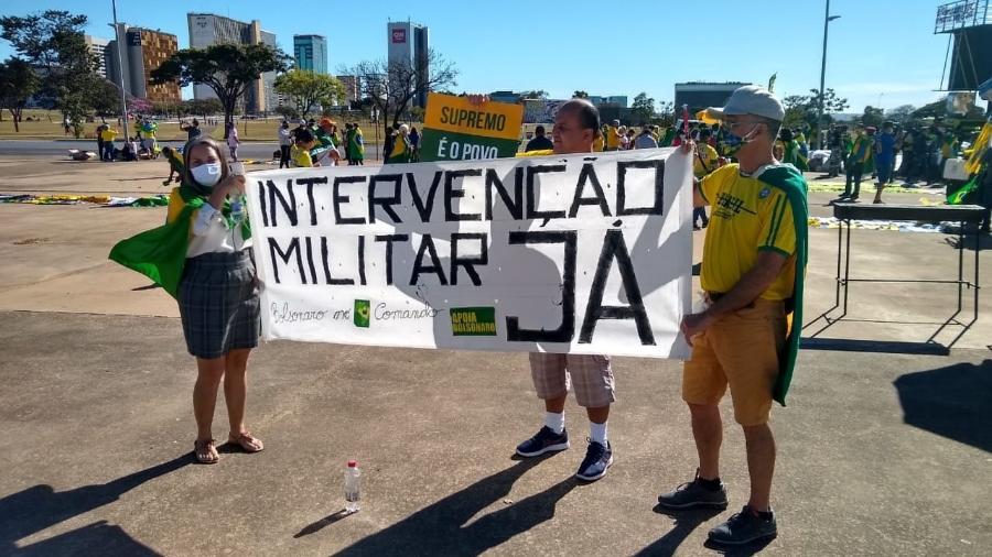 Apoiadores de Bolsonaro voltaram a exibir faixas com pedidos inconstitucionais anteontem em Brasília - Adriano Wilkson