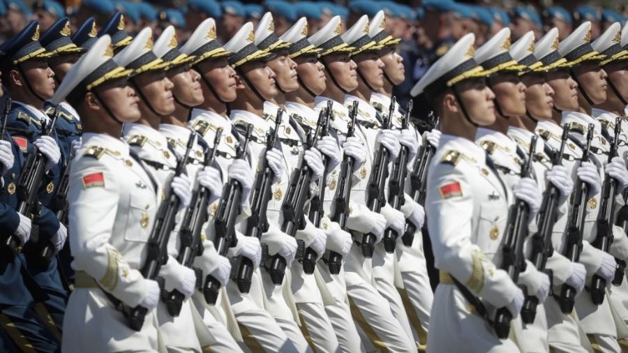 Soldados do Exército Popular de Libertação da China participam de desfile militar em Moscou (Rússia) em comemoração aos 75 anos da vitória soviética sobre a Alemanha nazista na Segunda Guerra Mundial - Pavel Golovkin/pool/AFP