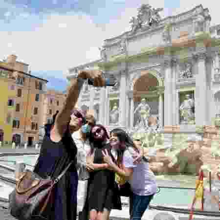Arquivo - Pessoas tirando foto na fonte de Trevi, na Itália, durante a pandemia do novo coronavírus - Corbis via Getty Images
