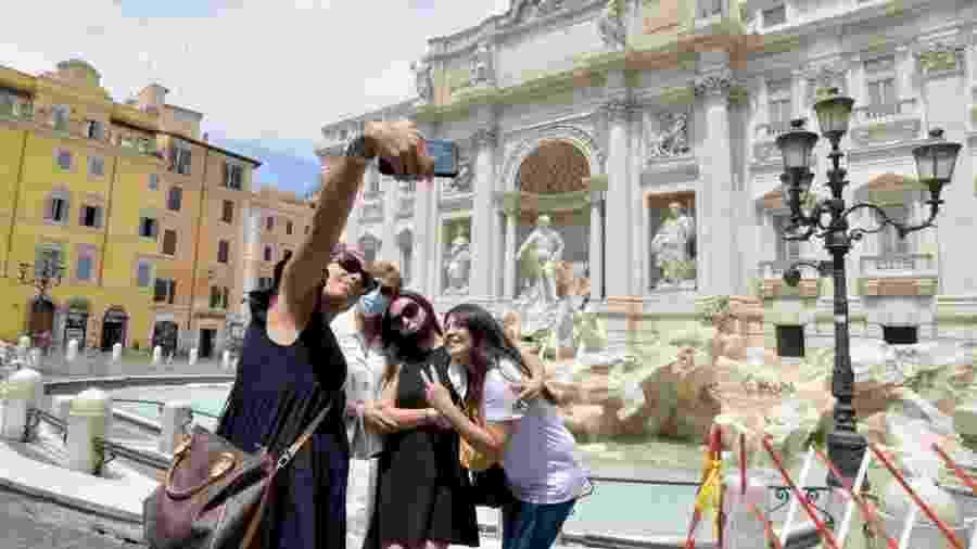 19.jun.2020 - Pessoas tirando foto na fonte de Trevi, na Itália, durante a pandemia do novo coronavírus - Corbis via Getty Images