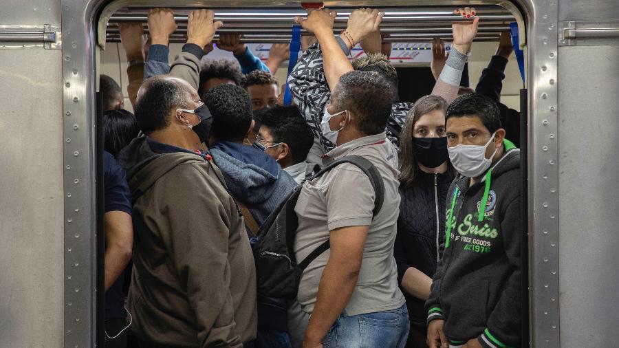 Metrô de São Paulo teve aglomerações essa semana nos vagões. Proximidade aumenta risco de contágio - BRUNO ROCHA/ESTADÃO CONTEÚDO
