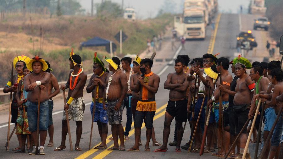 Indígenas em trecho da BR-163 em Novo Progresso (PA) - LUCAS LANDAU