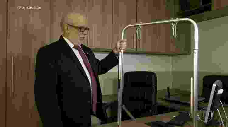 O advogado da APAE de Arapoti (PR) mostra o que chegou do equipamento: apenas um cano de metal retorcido - Reprodução/Fantástico - Reprodução/Fantástico