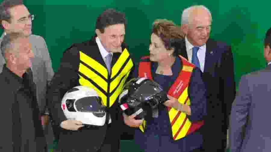 Marcelo Crivella posa com Dilma Rousseff durante cerimônia no Senado, em 2014 - Jonas Pereira/Agência Senado
