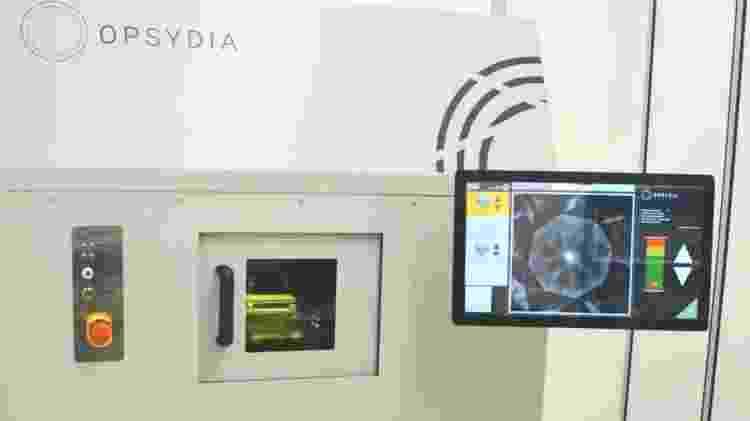 O equipamento a laser da Opsydia é capaz de fazer pequenas marcas sob a superfície de um diamante - BBC - BBC