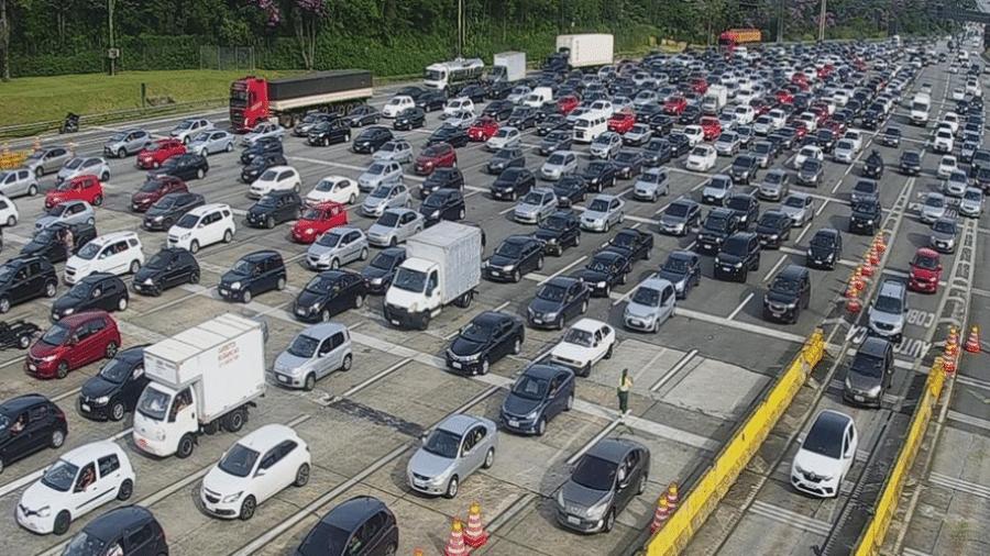 23.jan.2021 - Movimento de veículos nos pedágios com direção à Baixada Santista no sistema Anchieta-Imigrantes, em São Paulo - Divulgação/Ecovias