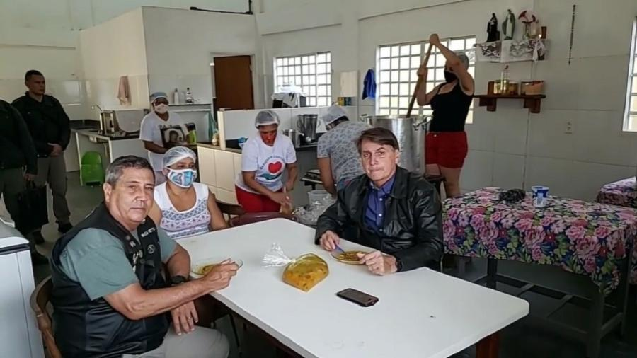 Bolsonaro toma sopa ao lado do ministro da Defesa, Braga Netto - Reprodução