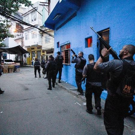 06.05.2021 - Policiais durante operação contra o tráfico na comunidade do Jacarezinho, no Rio, que deixou dezenas de mortos - JOSE LUCENA/THENEWS2/ESTADÃO CONTEÚDO