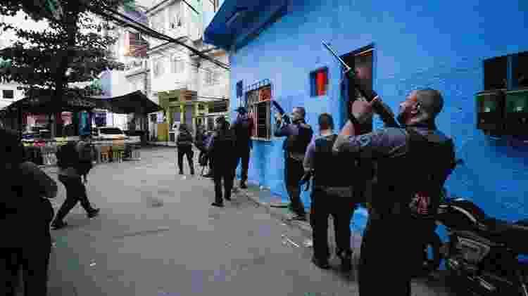 06.05.2021 - Policiais durante operação contra o tráfico na comunidade do Jacarezinho, no Rio, que deixou dezenas de mortos - JOSE LUCENA/THENEWS2/ESTADÃO CONTEÚDO - JOSE LUCENA/THENEWS2/ESTADÃO CONTEÚDO