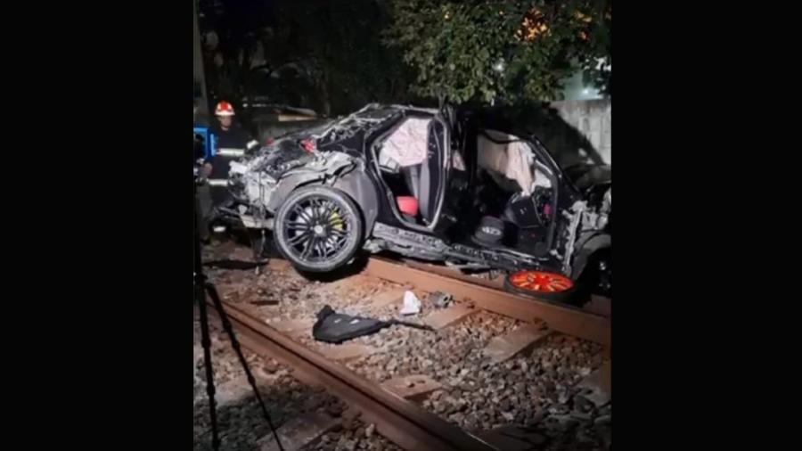 Carro capotou na Marginal Pinheiros e invadiu trilho da Linha 9-Esmeralda da CPTM - Reprodução/TV Globo