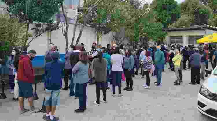 Fila para receber vacinação da UBS Cangaíba; unidade distribuiu senhas - Leonardo Martins/UOL - Leonardo Martins/UOL