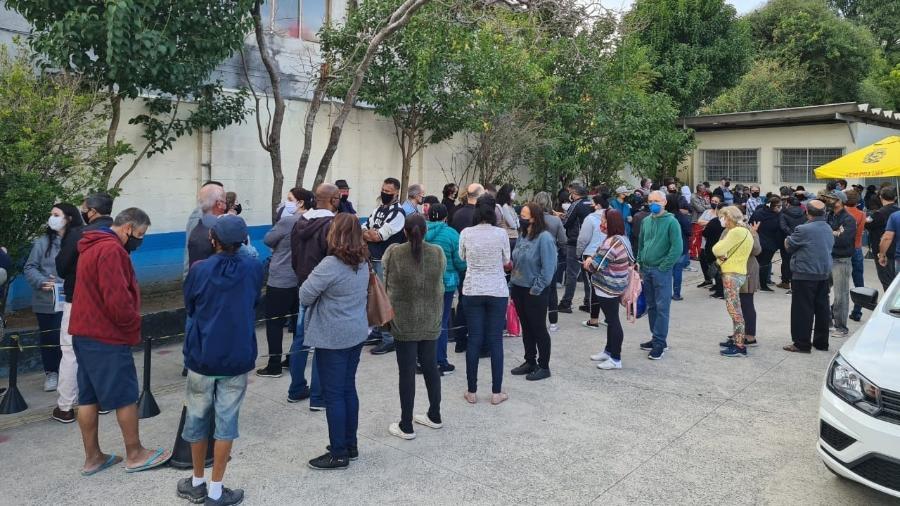 16.jun.2016 - Fila para receber vacinação da UBS Cangaíba; unidade distribuiu senhas - Leonardo Martins/UOL
