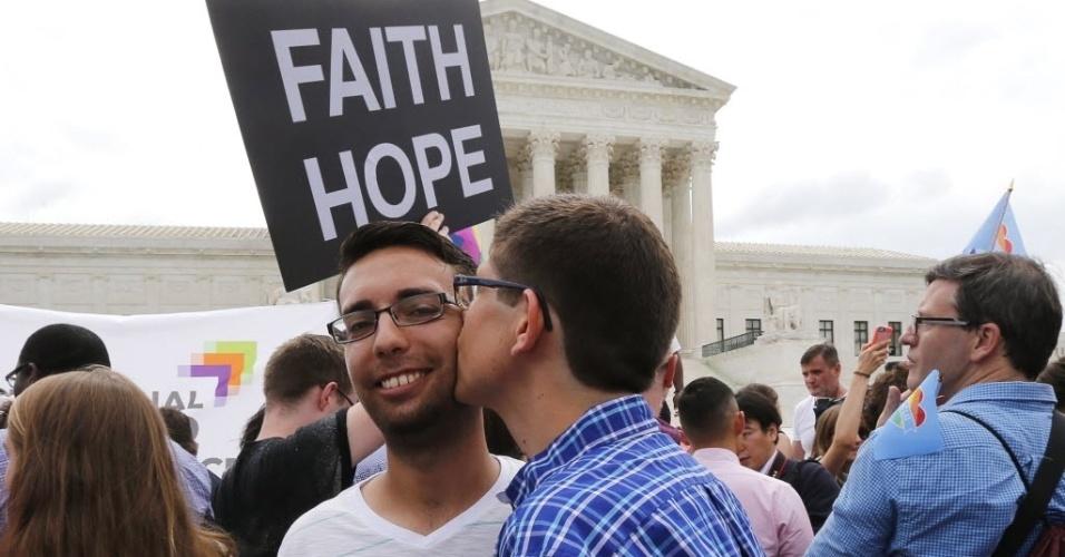 26.jun.2015 - Ativistas pelos direitos dos homossexuais comemoram a decisão histórica da Suprema Corte dos EUA, que derrubou vetos estaduais ao casamento gay, legalizando a prática para o todo o território americano