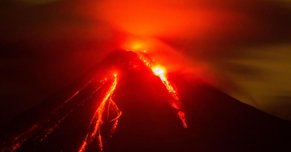 12.jul.2015 - O sistema de Defesa Civil do México emitiu, neste domingo (12), uma declaração de emergência em cinco municípios do estado de Colima devido à erupção do vulcão Colima. Até o momento, a erupção provocou a retirada de 140 pessoas de suas residências