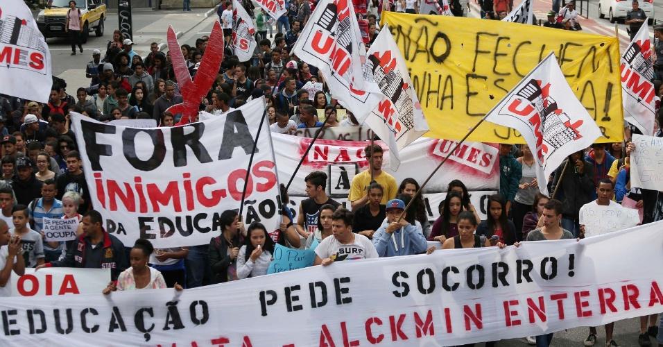 23.out.2015 - Estudantes de escolas públicas realizam protesto na avenida Paulista, em São Paulo, na manhã desta sexta-feira. O ato é contra a reestruturação da rede de ensino que o governo paulista pretende implantar a partir do início de 2016