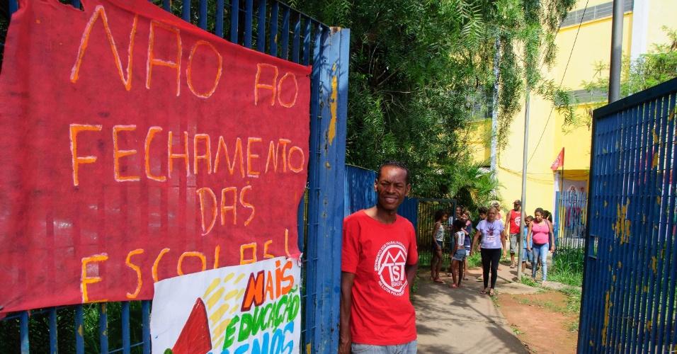 15.nov.2015 - E.E Cohab Inácio Monteiro III, localizada na zona leste de São Paulo (SP), foi ocupada neste domingo (15), por estudantes e por integrantes da MTST