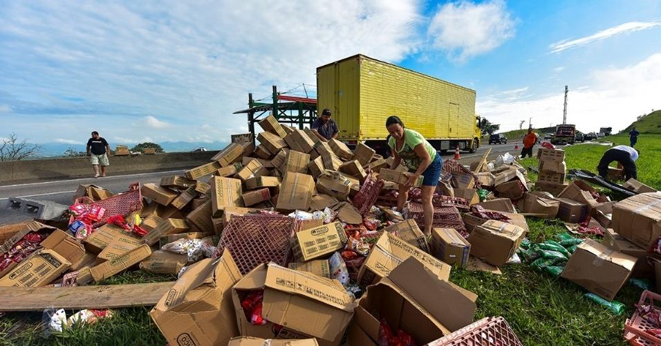 24.fev.2016 - Um caminhão que transportava uma carga de alimentos tombou na lateral direita na Dutra, na altura do quilômetro 124, sentido São Paulo-Rio de Janeiro, em Caçapava (SP). Parte da carga teria sido saqueada. O acidente causou cerca de doze quilômetros de congestionamento