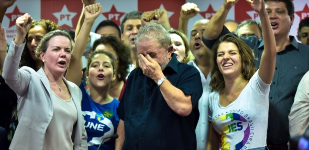 O ex-presidente Lula recebeu apoio de militantes do PT após depor à Polícia Federal