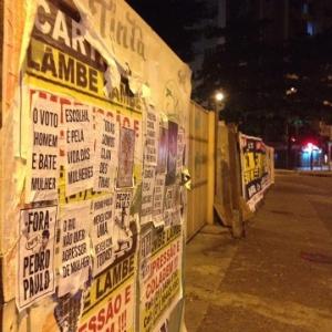 8.mar.2016 - Cartazes contra o candidato à prefeitura do Rio colocados por coletivo de mulheres na praça São Salvador, na zona sul - Reprodução/Facebook