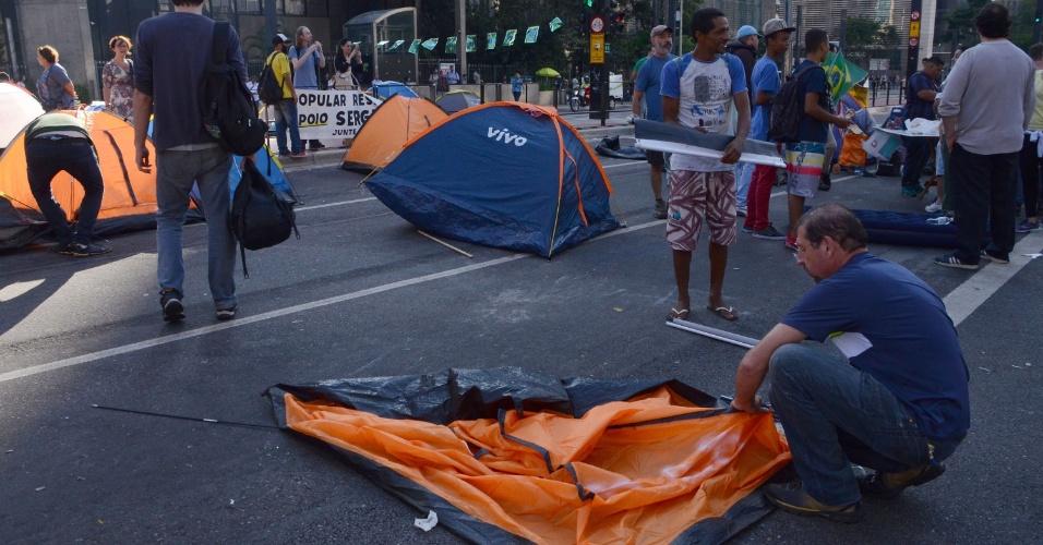 18.mar.2016 - Por orientação da Polícia Militar e por medida de segurança, manifestantes retiram barracas do acampamento na avenida Paulista, em São Paulo (SP), na manhã desta sexta (18). Os manifestantes protestavam contra o governo e a nomeação de Lula como ministro