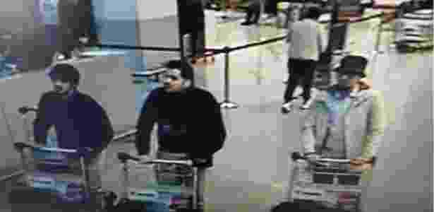 """O """"homem do chapéu"""", à direita, em imagens divulgas pela polícia belga - Reprodução/Twitter/@BFMTV"""