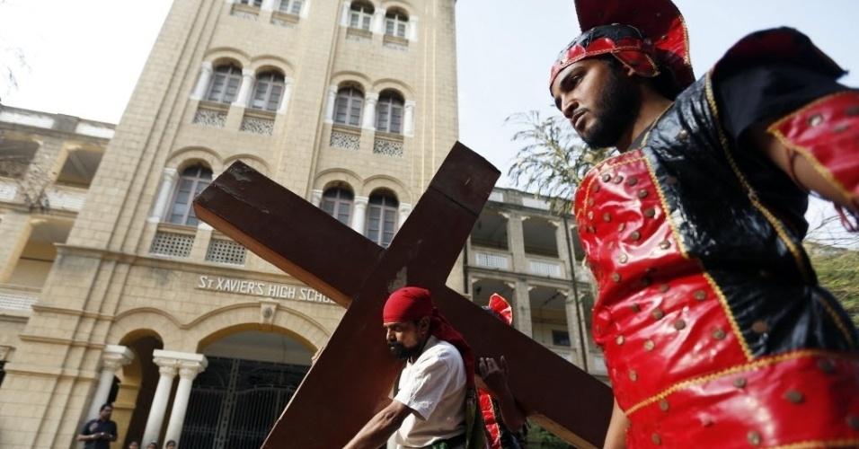 25.mar.2016 - Ator indiano reproduz cena do calvário de Jesus Cristo em celebração da Sexta-feira Santa em Ahmedabad, na Índia