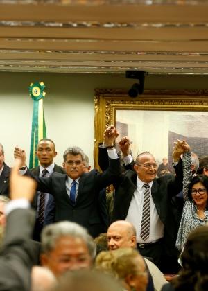 Membros da Diretório Nacional do PMDB comemoram rompimento com o governo Dilma - Pedro Ladeira/Folhapress