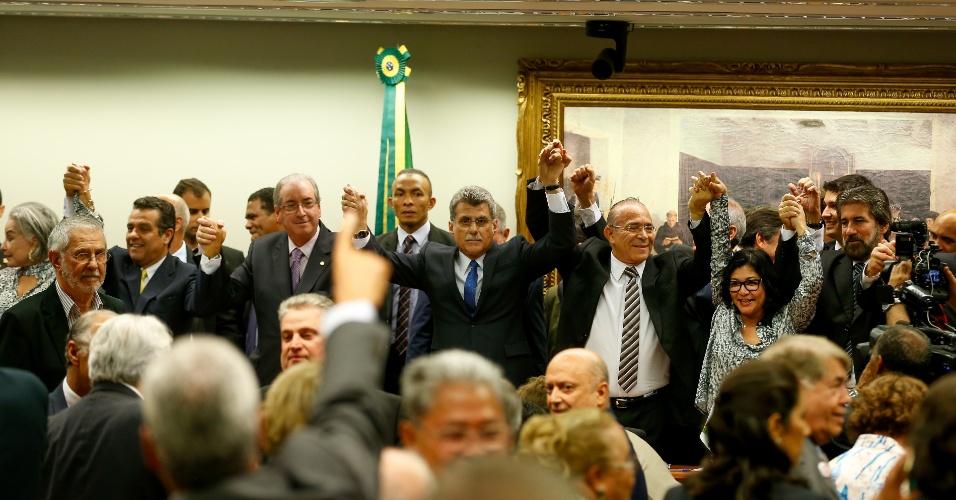 29.mar.2016 - Membros do Diretório Nacional do PMDB comemoram o rompimento com o governo Dilma Rousseff. A reunião foi bastante rápida e contou com a presença do presidente da Câmara dos Deputados, Eduardo Cunha (PMDB-RJ) e foi presidida pelo senador Romero Jucá (PMDB-RR)