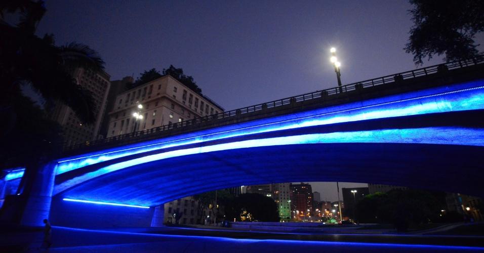 2.abr.2016 - A cidade de São Paulo (SP) iluminou alguns pontos em homenagem ao Dia Mundial da Conscientização do Autismo. O Viaduto do Chá, no centro da cidade, foi um dos locais escolhidos para ser colorido em azul e simbolizar a data