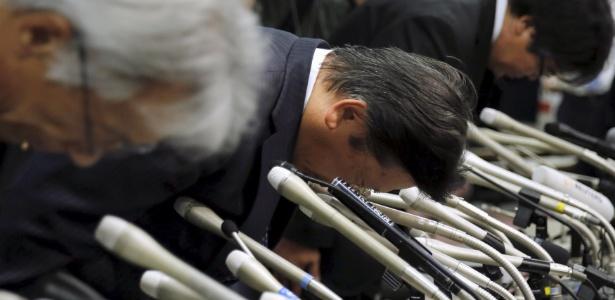 Presidente Tetsuro Aikawa (ao centro) e executivos se curvam em pedido de desculpas - Toru Hanai/Reuters