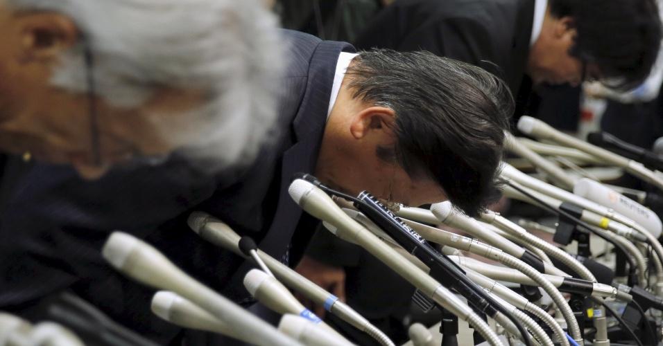 """20.abr.2016 - O presidente da Mitsubishi Motors, Tetsuro Aikawa (ao centro), e outros executivos da companhia se curvam ao pedir desculpas depois de admitir que a companhia  """"manipulou testes de emissões para apresentar rendimentos de energia melhores"""", uma fraude que envolve pelo menos 625 mil veículos de pequeno porte, alguns construídos pela também nipônica Nissan"""
