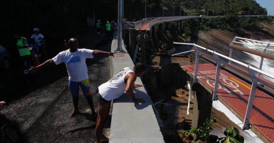 21.abr.2016 - Acidente na ciclovia da avenida Niemeyer, zona sul do Rio de Janeiro (RJ), deixa mortos. Helicóptero do Corpo de Bombeiros faz buscas no local