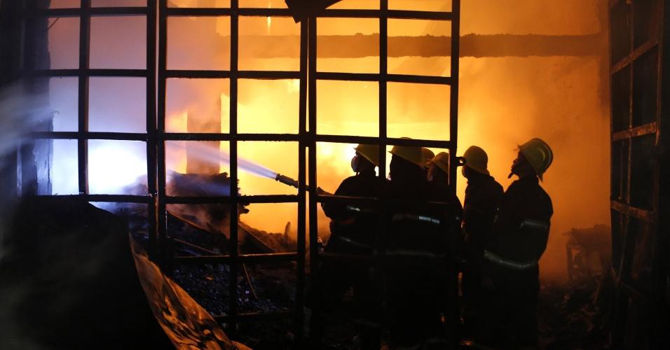 6.mai.2016 - Bombeiros tentam controlar incêndio na zona industrial de Dagon do Sul, em Yangon (Mianmar)