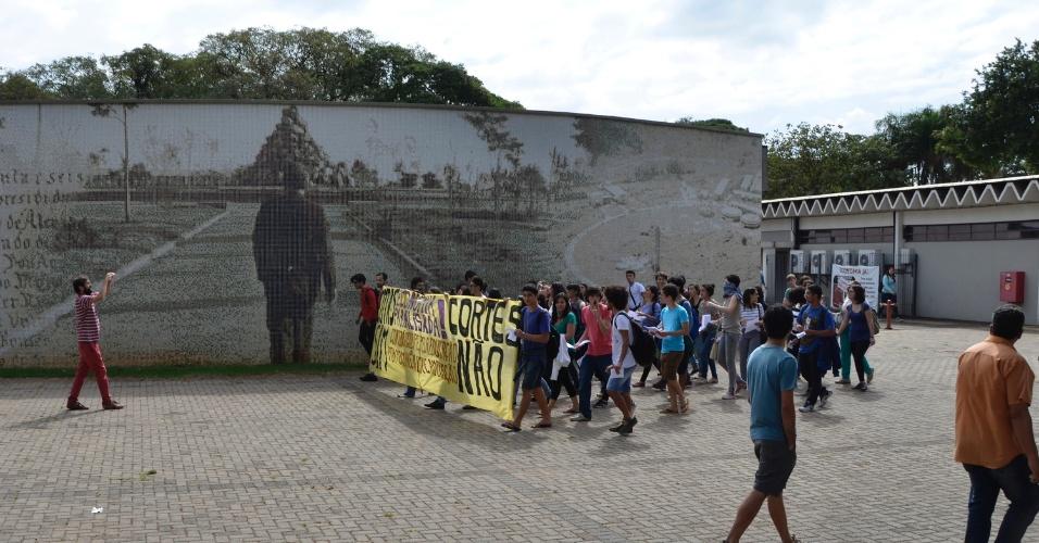 12.mai.2016 - Alunos do Instituto de Economia da Unicamp, em Campinas (SP), protestam e seguem até a reitoria ocupada por outros estudantes. Eles reivindicam cotas e são contra os cortes de investimentos para a educação