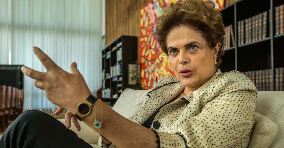 26.mai.2016 - A presidente afastada Dilma Rousseff durante entrevista ao jornal Folha de S.Paulo, no Palácio do Alvorada
