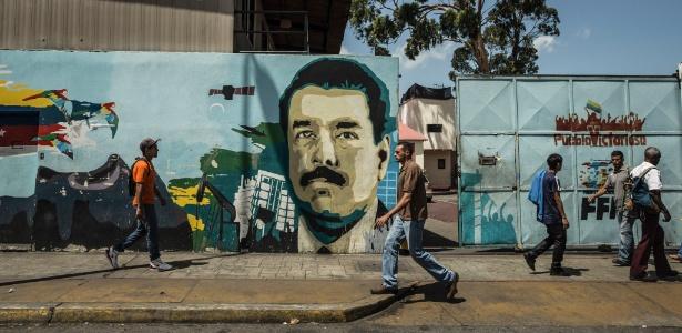 Mural retratando o presidente da Venezuela, Nicolás Maduro, é visto em Caracas