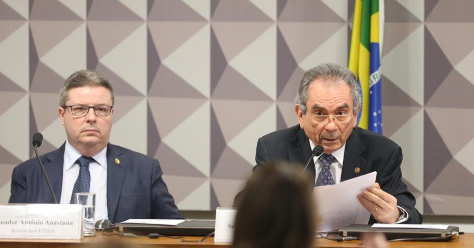 8.jun.2016 - O presidente da comissão especial do impeachment no Senado, Raimundo Lira (PMDB-PB, à direita na foto), e o relator do colegiado, Antonio Anastasia (PSDB-MG), comandam reunião de oitiva de testemunhas