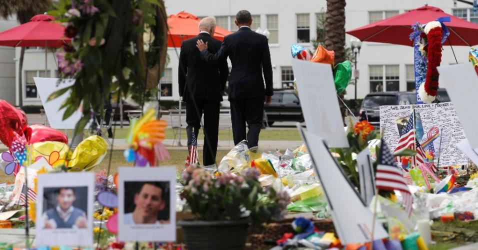 16.jun.2016 - O presidente norte-americano, Barack Obama (à dir.), e o vice Joe Biden visitam memorial feito em homenagem às vítimas do massacre na boate Pulse, em Orlando, na Flórida (EUA). Quarenta e nove pessoas morreram e mais de 50 ficaram feridas. No local, Obama pediu que congressistas respondam