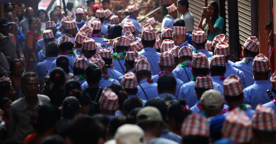 21.ago.2016 - Devotos participam de procissão durante o festival das luzes em Lalitpur, no Nepal
