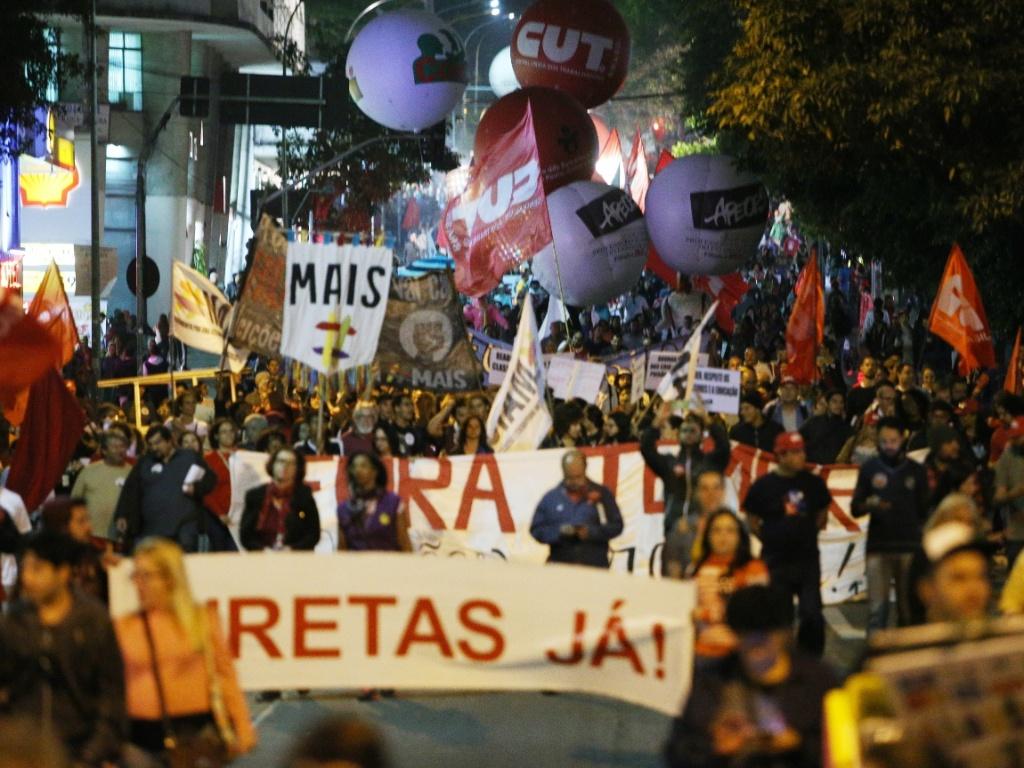22.set.2016 - Manifestantes de diversas centrais sindicais fazem protesto na rua da Consolação, em São Paulo. A manifestação é contra projetos e medidas que eventualmente provoquem perda de direitos trabalhistas. Além de disso, o grupo protesta contra uma eventual reforma da previdência e contra o governo de Michel Temer