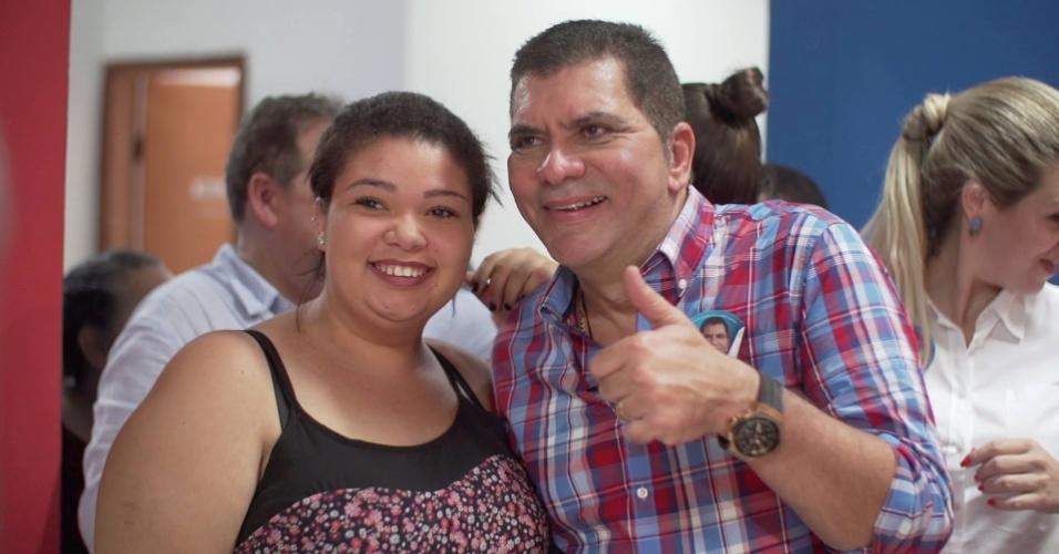24.agosto.2016 - Amastha (PSB), candidato a reeleição em Palmas, no Tocantins, posa para fotos com eleitores