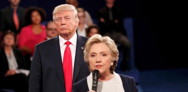 9.out.2016 - O candidato republicano Donald Trump e a democrata Hillary Clinton durante o segundo debate presidencial nos EUA