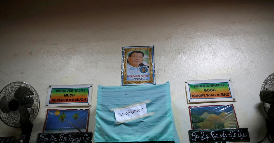 24.set.2016 - Retrato do presidente filipino Rodrigo Duterte é exibido em uma sala de aula ocupada por usuários de drogas durante programa de reabilitação promovida pelo governo local de San Fernando, no norte das Filipinas