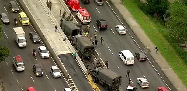 Caminhões transportavam militares para a base aérea do Galeão, na zona norte carioca - Reprodução/TV Globo